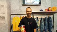 Founder Untold.co, Yung, memamerkan koleksi busana terbaru hasil kolaborasi dengan produsen biskuit marie di USS 2019. (Liputan6.com/Dinny Mutiah)
