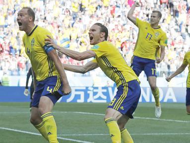 Pemain Swedia, Andreas Granqvist (kiri) merayakan gol bersama rekan-rekannya saat melawan Korea Selatan pada laga grup E Piala Dunia 2018 di Nizhny Novgorod stadium, Nizhny Novgorod, Rusia, (18/6/2018). Swedia menang 1-0. (AP/Pavel Golovkin)