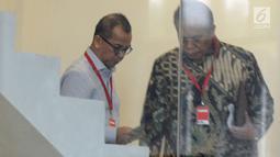 Mantan Dirut PT Garuda Indonesia Emirsyah Satar (kiri) bersiap menjalani pemeriksaan di Gedung KPK, Rabu (7/8/2019). Emirsyah diperiksa sebagai tersangka kasus dugaan suap pengadaan pesawat dan mesin pesawat dari Airbus SAS dan Rolls Royce PLC pada PT Garuda Indonesia. (merdeka.com/Dwi Narwoko)