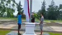 Tangkapan layar tiga remaja di Kabupaten Kuansing menurunkan bendera merah putih karena tidak petugas yang menurunkan. (Liputan6.com/M Syukur)