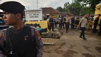Polisi berjaga di lokasi penusukan Menkopolhukam Wiranto di Pandeglang, provinsi Banten (10/10/2019). Wiranto mendapat tusukan di posisi perut saat melakukan kunjungan ke Pandeglang Banten. Polri menduga pelaku dilakukan oleh kelompok teroris. (AFP/Ronald Siagian)