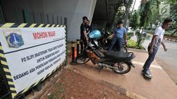 Sejumlah anak bermain skateboard di depan Skatepark Slipi yang sedang ditutup, Jakarta, Minggu (16/6/2019). Skatepark tersebut selesai dibangun pada Januari 2019 dengan anggaran Rp 800 juta dan telah mengalami perbaikan selama dua kali. (merdeka.com/Iqbal S. Nugroho)