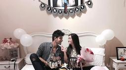 Seperti berikut ini adalah saat mereka merayakan ulang tahun Ranty yang ke-18 beberapa waktu lalu. Saling bertatapan satu sama lain, keduanya terlihat begitu romantis dan mesra. (Instagram/ammarzoni)