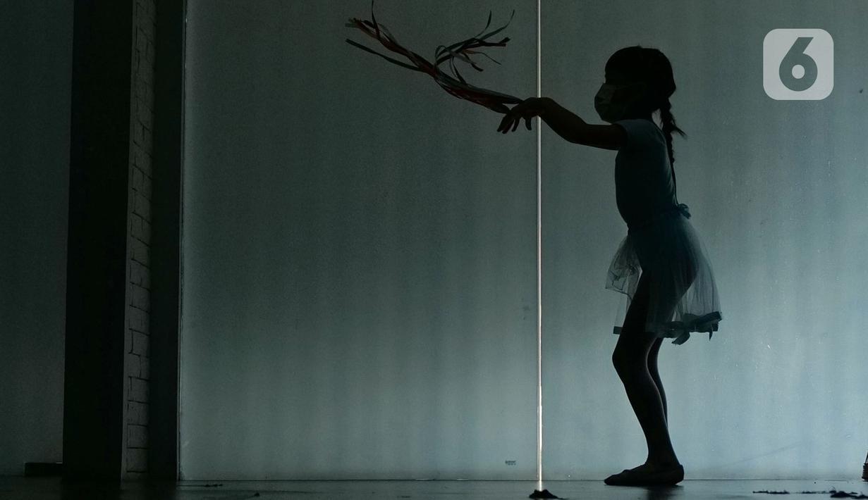 Seorang murid mengikuti gerakan balet di sanggar on point Ballet School, Jakarta, Jumat (11/06/2021). Sanggar balet tersebut sudah buka kembali normal, dengan kapasita 50 persen, untuk murid yang kurang sehat dan masih belom berani tatap muka, di bukakan online.(Liputan6.com/Herman Zakharia)