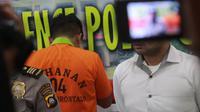 Sepak terjang ZS alias Zul sebagai pilot gadungan berakhir di tangan polisi. Dit Reskrim Polda Gorontalo menahan pemuda 22 tahun itu atas kasus penipuan modus menjanjikan pekerjaan di Garuda Indonesia. (Arfandi Ibrahim/ Liputan6.com)