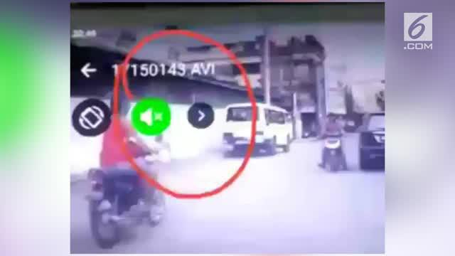 Pelecehan seksual kembali terekam kamera. Kali ini korbannya seorang pejalan kaki yang diraba oleh pengendara motor.