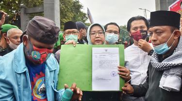 Bupati Bogor Ade Yasin menemui massa buruh yang menggelar demo menolak pengesahan UU Omnibus Law Cipta Kerja