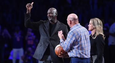 Pebasket Legendaris Michael Jordan, Presiden Los Angeles Lakers Jeanie Buss dan pemilik Los Angeles Clippers Steve Ballmer menghadiri NBA All-Star Game 2018 di Staples Center di Los Angeles, California, AS (18/2). (AFP Photo/Kevork Djansezian)