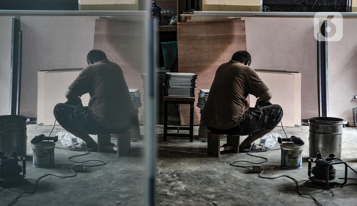 Pekerja menyelesaikan produksi papan tulis di Jakarta, Rabu (3/3/2021). Sempat terpuruk di awal Covid-19 akibat ditiadakannya kegiatan belajar di sekolah, industri papan tulis milik Ganda (45) ini menyiasati penjualan melalui e-Commerce agar usahanya tetap berproduksi. (merdeka.com/Iqbal S Nugroho)