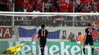 Ekspresi penyerang Bayern Munchen Thomas Muller (kanan) usai mencetak gol kedua (dari dua) ke gawang Olympiakos, pada laga Liga Champions, di Stadion Karaiskaki, Athena, Kamis (17/9/2015) dini hari WIB, yang berakhir 3-0. (EPA/ALEXANDROS VLACHOS)