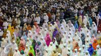 Ribuan orang memadati Masjid Istiqlal untuk melaksanakan Salat Tarawih di malam pertama Ramadan, Jakarta, Rabu (17/6/2015). (Liputan6.com/Faizal Fanani)