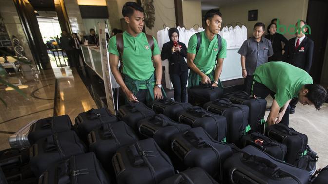 Para pemain Timnas Indonesia merapihkan koper saat berada di Hotel Grand Zuri, Jawa Barat, Selasa (6/11). Timnas Indonesia akan berangkat ke Singapura untuk berlaga pada Piala AFF 2018. (Bola.com/Vitalis Yogi Trisna)