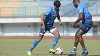 Ilustrasi skuad Persib Bandung menjalani latihan. (Erwin Snaz/Bola.com)