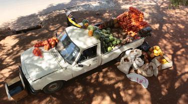 Warga Zimbabwe Berjualan dari Mobil