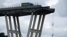 Sebuah truk berada di atas jembatan Morandi, dekat dengan bagian jalan layang yang runtuh, di Genoa, italia, Rabu (14/8). Insiden ambrolnya jembatan itu menyebabkan35 orang tewas dan mobil-mobil jatuh dari ketinggian sekitar 200 meter. (AFP/Valery HACHE)