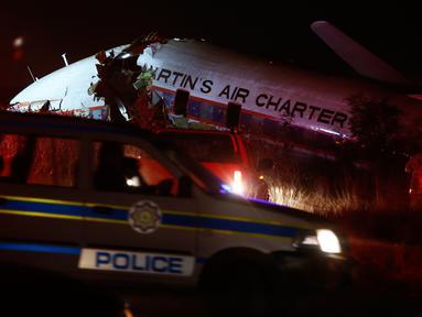 Sebuah pesawat terbelah menjadi beberapa bagian setelah jatuh di dekat kota Pretoria, Afrika Selatan, Selasa (7/10). Satu orang tewas dan sedikitnya 20 orang terluka dalam kecelakaan pesawat sewaan tersebut. (AP/Phil Magakoe)