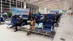 Para penumpang menunggu untuk menaiki pesawat di Bandara Liuji di Kota Xiangyang, Provinsi Hubei, China (29/3/2020). Layanan penerbangan penumpang domestik kembali beroperasi di Hubei, wilayah yang sempat terdampak COVID-19, kecuali layanan di Bandara Internasional Tianhe Wuhan. (Xinhua/Xie Jianfei)