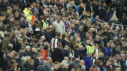 Laga yang digelar di St.James Park itu terpaksa dihentikan setelah seorang penonton pingsan di tribun stadion. (AP/Jon Super)