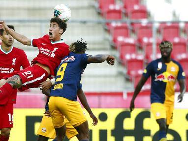 Pemain Liverpool, Kostas Tsimikas, berebut bola dengan pemain RB Salzburg, Chukwubuike Adamu, pada laga persahabatan di Stadion Red Bull Arena, Salzburg, Selasa (25/8/2020). Kedua tim bermain imbang dengan skor 2-2. (AP Photo/Matthias Schrader)