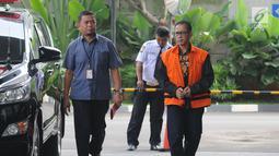 Tersangka Bupati nonaktif Mesuji Khamami (kanan) tiba untuk menjalani pemeriksaan di Gedung KPK, Jakarta, Selasa (14/5/2019). Khamami diperiksa sebagai tersangka untuk melengkapi berkas terkait kasus suap fee proyek infrastruktur pada Dinas PUPR Pemkab Mesuji. (merdeka.com/Dwi Narwoko)