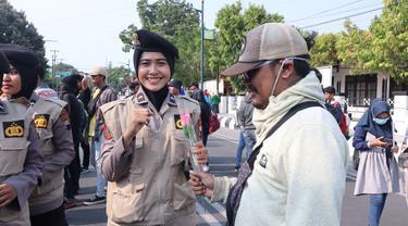 Polwan Polres Pemalang membagikan bunga untuk demonstran. (Foto: Liputan6.com/Polres Pemalang/Muhamad Ridlo)