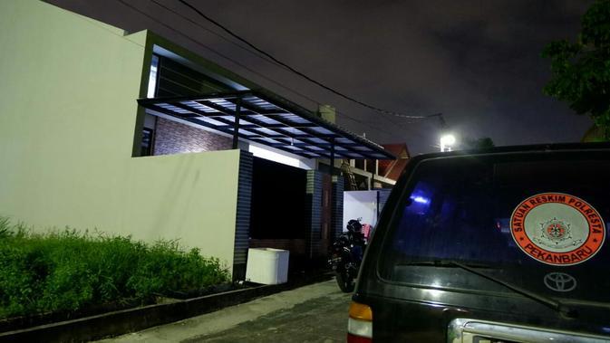 Kebiasaan maling di perumahan Jalan Rambutan Kota Pekanbaru, sering ninggalkan kotoran dan menyempatkan makan sebelum membawa kabur harta benda korban (Liputan6.com/ M Syukur).