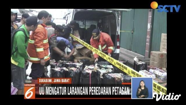 Ribuan petasan yang akan diturunkan dari dalam mobil minivan meledak di sekitar kawasan Stasiun Timur Sukabumi.