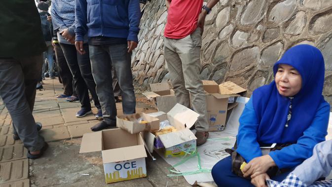 Simpati dengan Aksi Mahasiswa, Warga Bagikan Makanan dan Minuman (Foto: Yopi Makdori)