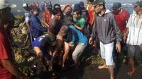 Evakuasi dan pencarian korban musibah perahu tenggelam setelah tergulung ombak besar di perairan Pelawangan Puger, Kecamatan Puger, Jember. (Foto: Dok. BNPB/Sutopo Purwo Nugroho)