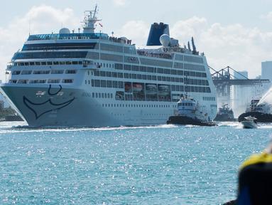 Kapal pesiar milik Carnival, Adonia berlayar dari Pelabuhan Miami, Florida, menuju Kuba, Minggu (1/5). Perjalanan kapal yang mengangkut setidaknya 700 penumpang ini merupakan yang pertama kali dilakukan setelah 50 tahun terakhir. (Gaston De CARDENAS/AFP)