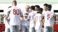 Pemain PSM Makassar, Anco Jansen (tengah) melakukan selebrasi usai mencetak gol pertama timnya ke gawang Persik Kediri dalam laga pekan ke-4 BRI Liga 1 2021/2022 di Stadion Wibawa Mukti, Cikarang, Kamis (23/9/2021). PSM menang 3-2. (Bola.com/M Iqbal Ichsan)