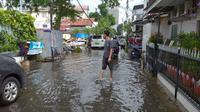 Banjir di Jalan Kebon Sirih Barat I, Jakarta Pusat, Selasa (25/2/2020). (Liputan6.com/Putu Merta Surya Putra)