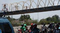Kendaraan melintas di bawah proyek pembangunan Jembatan Penyebaran Orang (JPO) Pasar Minggu di Jakarta Selatan, Kamis (26/9/2019). JPO berdesain artistik senilai Rp 7 miliar tersebut ditargetkan rampung pengerjaannya pada Desember 2019 mendatang. (Liputan6.com/Immanuel Antonius)