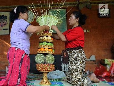 Persiapan Upacara Mecaru di Pura Tribhuana Agung