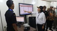 Menteri Keuangan Sri Mulyani Indrawati mengunjungi Pusat Logistik Berikat (PLB) Dunia Express, Sunter, Jakarta, Jumat (4/10/2019). Kunjungan Sri Mulyani dimaksudkan untuk mengecek dan melihat secara langsung kondisi PLB. (Liputan6.com/Angga Yuniar)