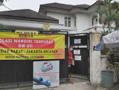 Spanduk pemberitahuan terpasang di depan sebuah rumah yang menjadi tempat isolasi mandiri warga sekitar yang positif covid-19 di Jalan MPR 1, Cilandak, Jakarta, Rabu (7/7/2021). Di rumahnya seluas 3000 meter persegi itu, ada empat dari 22 warga yang jalani isolasi mandiri. (merdeka.com/Arie Basuki)