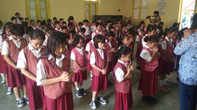 15 menit sebelum masuk dan pulang sekolah siswa SDN Pengampon Kota Cirebon diberi pembinaan kerohanian sesuai latar belakang agama masing-masing. Foto (Liputan6.com / Panji Prayitno)