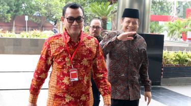 Wakil Ketua DPR Bidang Keuangan Taufik Kurniawan (kanan) tiba di Gedung KPK, Jakarta, Jumat (2/11). Taufik akan menjalani pemeriksaan oleh penyidik KPK. (Merdeka.com/Dwi Narwoko)