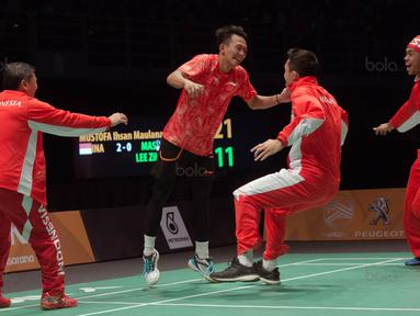 Ihsan Maulana (2kiri) melakukan selebrasi usai mengalahkan pebulu tangkis Malaysia Lee Zii Jia pada final Bulutangkis beregu putra SEA Games 2017 di Axiata Arena, Malaysia, Kamis (24/8). Indonesia meraih medali emas. (Bola.com/Liputan6.com/Faizal Fanani)