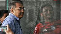 GM Arema, Ruddy Widodo, melihat latihan tim. (Bola.com/Iwan Setiawan)