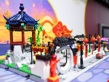 Taman tradisional China yang disusun dari balok Lego terlihat di stan raksasa mainan Denmark LEGO Group terlihat dalam ajang Pameran Impor Internasional China (China International Import Expo/CIIE) ketiga di Shanghai, China, 9 November 2020.  (Xinhua/Chen Yehua)