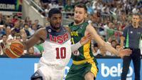 Pemain Timnas Basket Amerika Serikat (AS), Kyrie Irving (kiri) beraksi pada semifinal Piala Dunia Basket 2014, di Palau Sant Jordi, Barcelona (11/9/2014). Indonesia mengajukan diri menjadi tuan rumah Piala Dunia Basket 2023.  (EPA/Alberto Estevez)