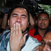 Tiba di Polsek, setelah keluar dari mobil, sehabis menjalani pemeriksaan di BNN, Saipul Jamil, melakukan 'cium jauh' alias 'kiss bye' ke arah wartawan. (Deki Prayoga/Bintang.com)