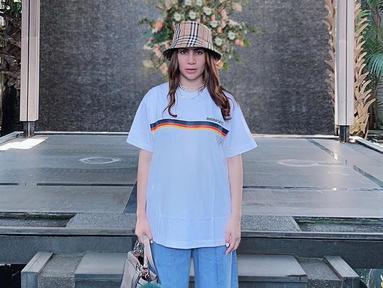 Penampilan wanita pemilik nama Narova Morina Sinaga ini selalu mencuri perhatian publik sejak aktif di dunia entertain hingga menjadi ibu dua anak. Gaya busananya yang terkesan santai ini pun hanya ia lengkapi menggunakan bucket hat. (Liputan6.com/IG/@therealmomogeisha)