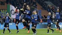 Para pemain Inter Milan merayakan kemenangan atas Atalanta pada laga Serie A Italia di Stadion San Siro, Milan, Minggu (19/11/2017). Inter menang 2-0 atas Atalanta. (AP/Luca Bruno)