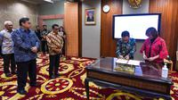 Penandatanganan nota kesepahaman mitra platform resmi Kartu Prakerja yang dilakukan oleh Direktur Eksekutif Manajemen Pelaksana Kartu Prakerja Denni Puspa Purbasari (paling kanan) dan Direktur Digital Business Telkom Faizal R. Djoemadi (kedua dari kanan) di Jakarta, Jumat (20/3).