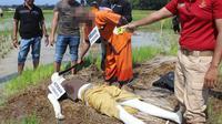 Rekonstruksi kasus anak bunuh ibu kandung dan diduga pembunuhan berencana di Kebumen, Jawa Tengah. (Foto: Liputan6.com/Polres Kebumen/Muhamad Ridlo)