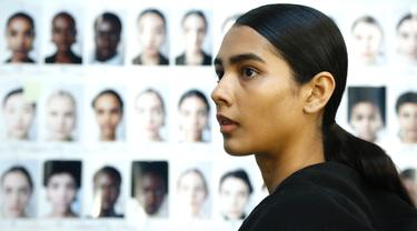 Model bersiap di belakang panggung sebelum memamerkan koleksi busana wanita Fall Winter 2020 Jil Sander selama Fashion Week di Milan, Italia, Rabu, (19/2/2020). (AP Photo/Domenico Stinellis)