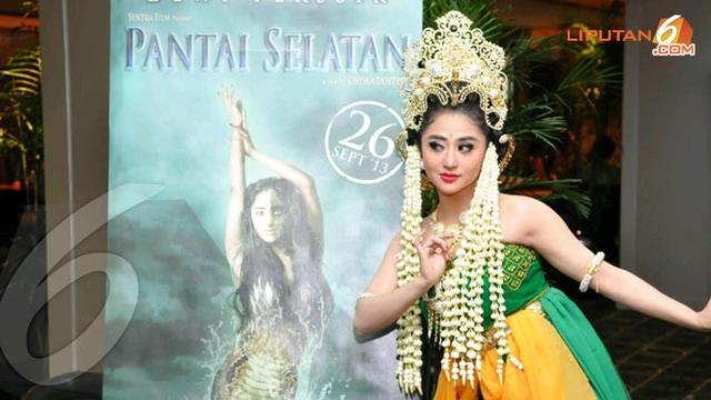 Bergaya Ala Nyi Roro Kidul Dewi Perssik Dandan Lima Jam Showbiz