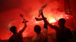 Pemain Paris Saint-Germain (PSG) menyapa suporter saat merayakan kemenangan atas Borussia Dortmund di depan Stadion Parc des Princes, Paris, Rabu (11/3/2020). Kemenangan tersebut mengantarkan PSG ke perempat final Liga Champions. (GETTY/UEFA)